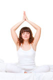 Mujer en la cama que hace ejercicio de la yoga Fotografía de archivo libre de regalías