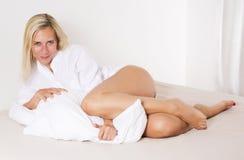 Mujer en la cama que se relaja Foto de archivo