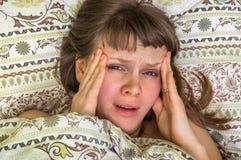 Mujer en la cama que tiene dolor de cabeza en la mañana Imágenes de archivo libres de regalías