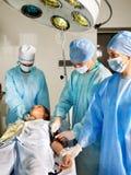Mujer en la camilla en sala de operaciones. Imagen de archivo libre de regalías
