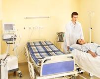 Mujer en la camilla en sala de operaciones. Fotos de archivo