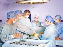 Mujer en la camilla en sala de operaciones. Foto de archivo