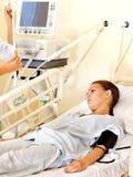 Mujer en la camilla en sala de operaciones. Fotografía de archivo libre de regalías