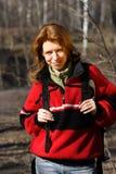 Mujer en la caminata del pie en el bosque Imagenes de archivo
