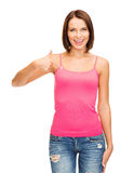 Mujer en la camisa rosada en blanco que muestra los pulgares para arriba Imagen de archivo