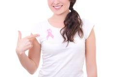 Mujer en la camiseta blanca con la cinta rosada del cáncer en el pecho fotografía de archivo libre de regalías
