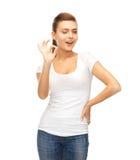 Mujer en la camiseta blanca en blanco que muestra gesto aceptable Foto de archivo libre de regalías