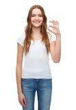 Mujer en la camiseta blanca en blanco que muestra gesto aceptable Foto de archivo