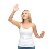 Mujer en la camiseta blanca que presiona el botón imaginario Imágenes de archivo libres de regalías