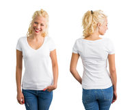 Mujer en la camiseta con cuello de pico blanca Fotografía de archivo