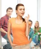 Mujer en la camiseta en blanco del color que muestra gesto aceptable Foto de archivo