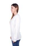 Mujer en la camiseta larga blanca de la manga aislada en el fondo blanco Imagen de archivo