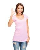 Mujer en la camiseta rosada en blanco que muestra gesto aceptable Foto de archivo