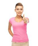 Mujer en la camiseta rosada en blanco que muestra los pulgares para arriba Fotos de archivo libres de regalías