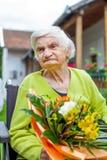 Mujer en la celebración de la silla de ruedas Foto de archivo