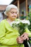 Mujer en la celebración de la silla de ruedas Fotos de archivo libres de regalías