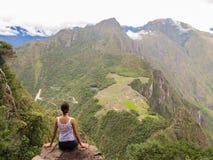 Mujer en la cima de la montaña de Wayna Picchu en Machu Picchu Foto de archivo