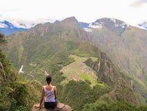 Mujer en la cima de la montaña de Wayna Picchu en Machu Picchu Imágenes de archivo libres de regalías