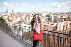 Mujer en la ciudad de Lyon Foto de archivo libre de regalías