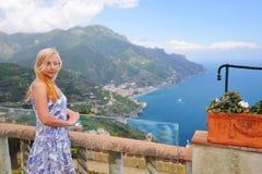 Mujer en la ciudad de vacaciones de Ravelo en la costa de Amalfi en Italia meridional Imágenes de archivo libres de regalías