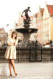 Mujer en la ciudad vieja Gdansk, fuente de Neptuno Imágenes de archivo libres de regalías