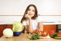 Mujer en la cocina. Fotografía de archivo libre de regalías
