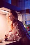 Mujer en la cocina   Imágenes de archivo libres de regalías
