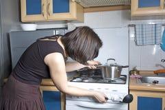Mujer en la cocina Fotos de archivo