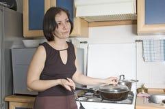 Mujer en la cocina Imagenes de archivo