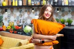Mujer en la cocina Fotos de archivo libres de regalías