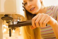 Mujer en la cocina que hace el café de la máquina Imagen de archivo