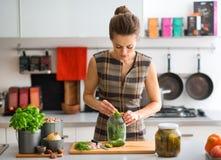 Mujer en la cocina que prepara las salmueras de eneldo Fotografía de archivo