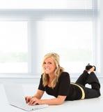 Mujer en la computadora portátil imagen de archivo libre de regalías