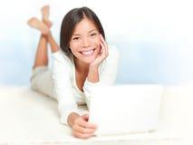 Mujer en la computadora portátil Imágenes de archivo libres de regalías