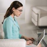 Mujer en la computadora portátil. Fotografía de archivo