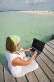 Mujer en la computadora portátil Imagen de archivo