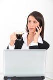 Mujer en la computadora portátil con café Imágenes de archivo libres de regalías