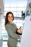 Mujer en la configuración corporativa Fotografía de archivo libre de regalías