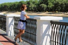Mujer en la costa Foto de archivo libre de regalías