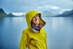 Mujer en la costa con la reflexión de la montaña, Islandia del lago Foto de archivo