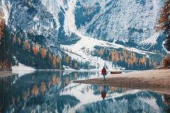 Mujer en la costa del lago Braies por la mañana en otoño imágenes de archivo libres de regalías