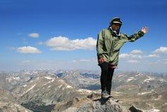 Mujer en la cumbre del pico Foto de archivo