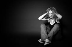 Mujer en la depresión y la desesperación que llora, agarrando su beh de las manos imagen de archivo