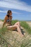 Mujer en la duna de arena Imagen de archivo libre de regalías