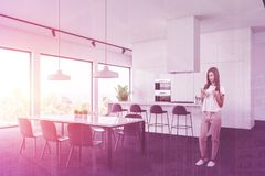Cocina blanca interior vista lateral del ladrillo for Tabla de la barra de la cocina de separacion