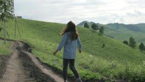 Mujer en la excursión en el parque nacional de Altai almacen de video