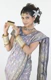 Mujer en la explotación agrícola de la sari de la tarjeta de crédito Imágenes de archivo libres de regalías