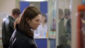 Mujer en la farmacia almacen de video
