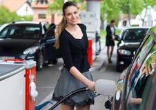 Mujer en la gasolinera Foto de archivo libre de regalías