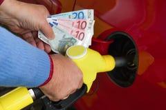 Mujer en la gasolinera a reaprovisionar de combustible Imágenes de archivo libres de regalías
